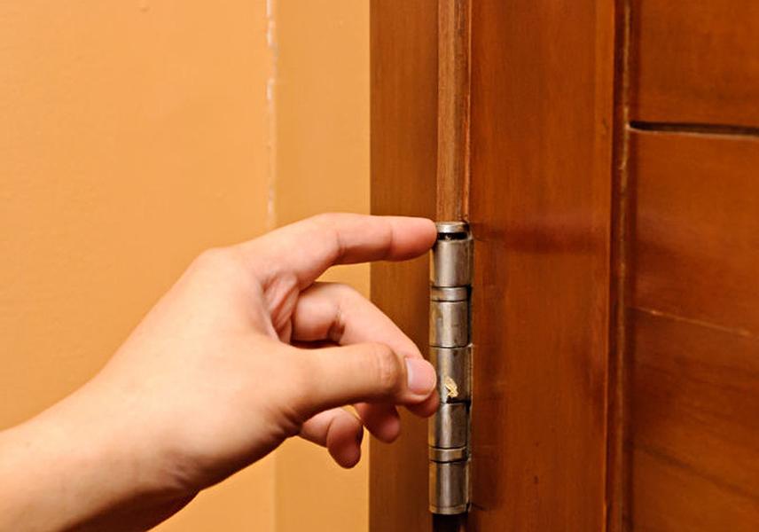 Как поправить перекосившуюся дверь